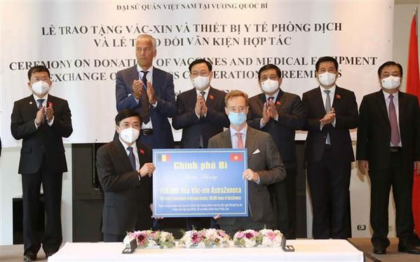 Overseas Vietnamese, int'l friends make great contributions to Vietnam's vaccine coverage goal hinh anh 1
