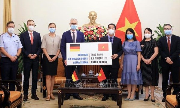 Overseas Vietnamese, int'l friends make great contributions to Vietnam's vaccine coverage goal hinh anh 2