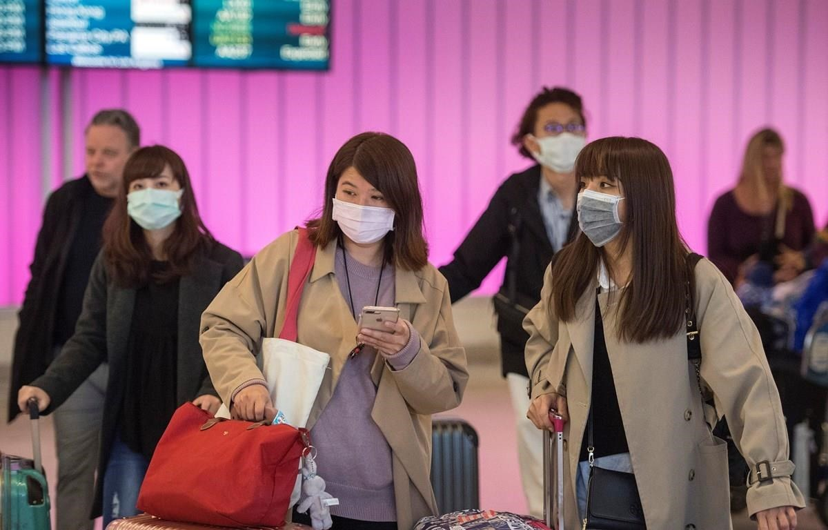 The search for and purchase of face masks during flus are essential to prevent them from spreading. (Photo: AFP/VNA)
