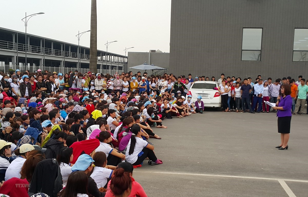A trade union officer talk to workers. (Photo: VNA)