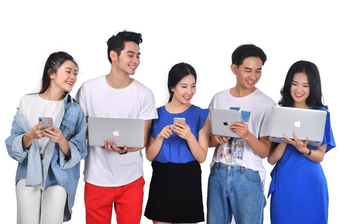 The youth use social networks frequently and post almost every activity on the networks (Photo: VietnamPlus)