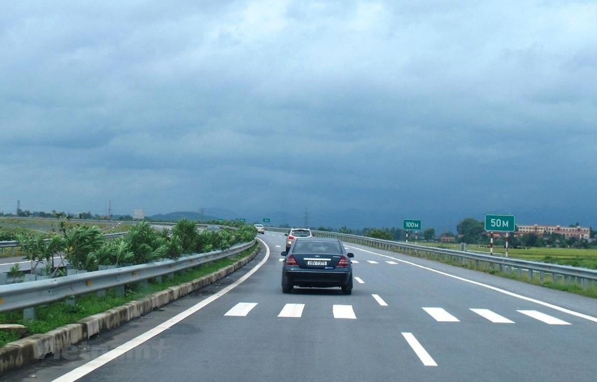 Vehicles move along the Noi Bai – Lao Cai expressway (Photo: VietnamPlus)