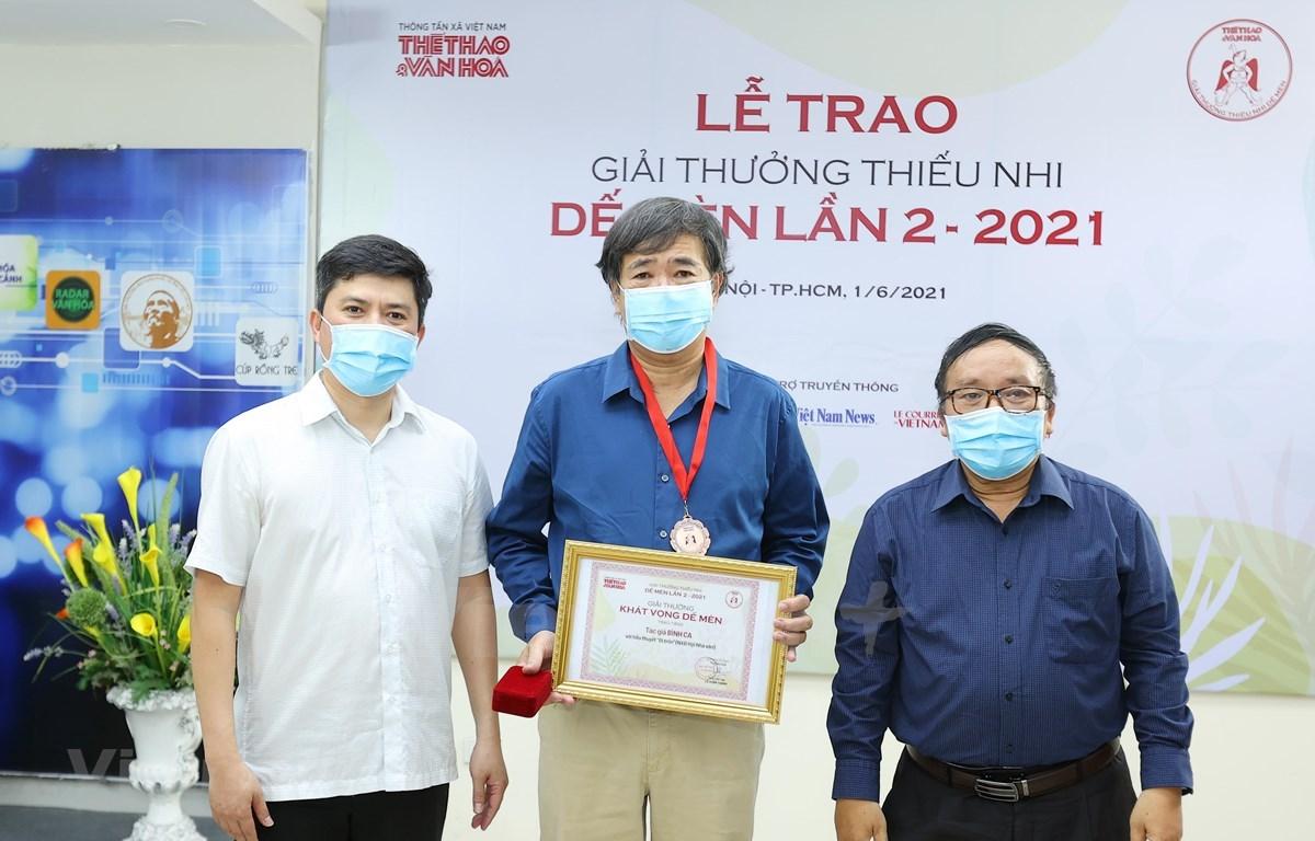 Writer Binh Ca (centre) receives a Cricket Desire award. (Photo: VNA)