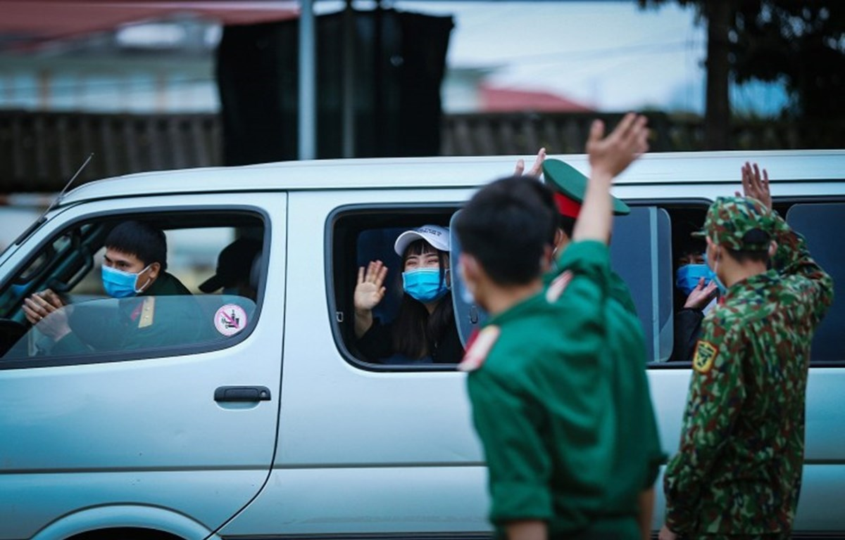 Vietnamese citizens return home after completing COVID-19 quarantine in Hoa Binh province in March 2020. (Photo: VNA)