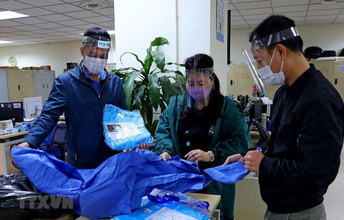 Protective equipment has been delivered to reporters and editors at the Press Photography Department under the Vietnam News Agency to prevent COVID-19 (Photo: VNA)