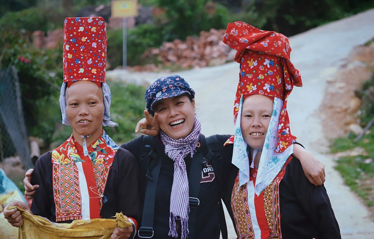 Actress Chieu Xuan poses for a photo with two ethnic minority women during her trip to Binh Lieu in the northern province of Quang Ninh. (Photo courtesy of Chieu Xuan)