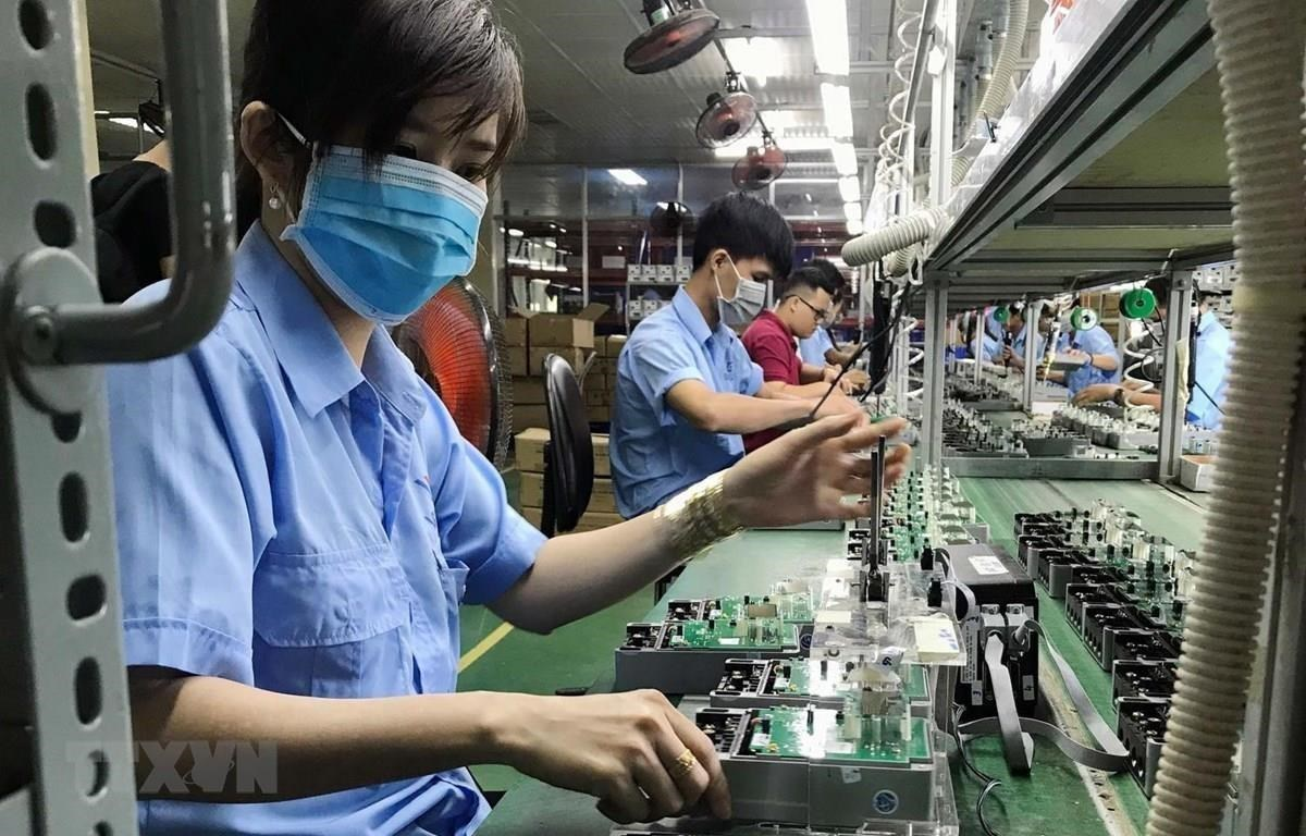 Without selective FDI attraction, it will be impossible to achieve the connection target and even make domestic private firms be dwarfed by this sector (Photo: VNA)