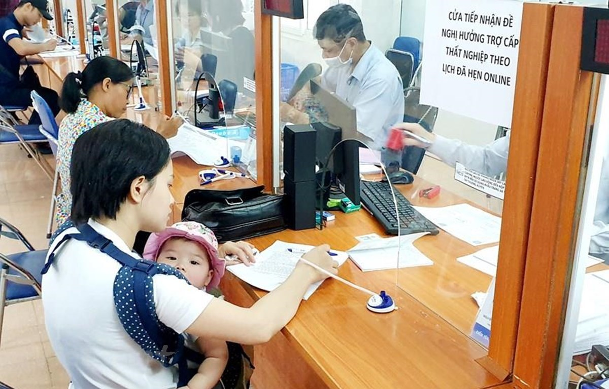 People losing jobs due to COVID-19 filll in applications for unemployment benefits (Photo: VietnamPlus)