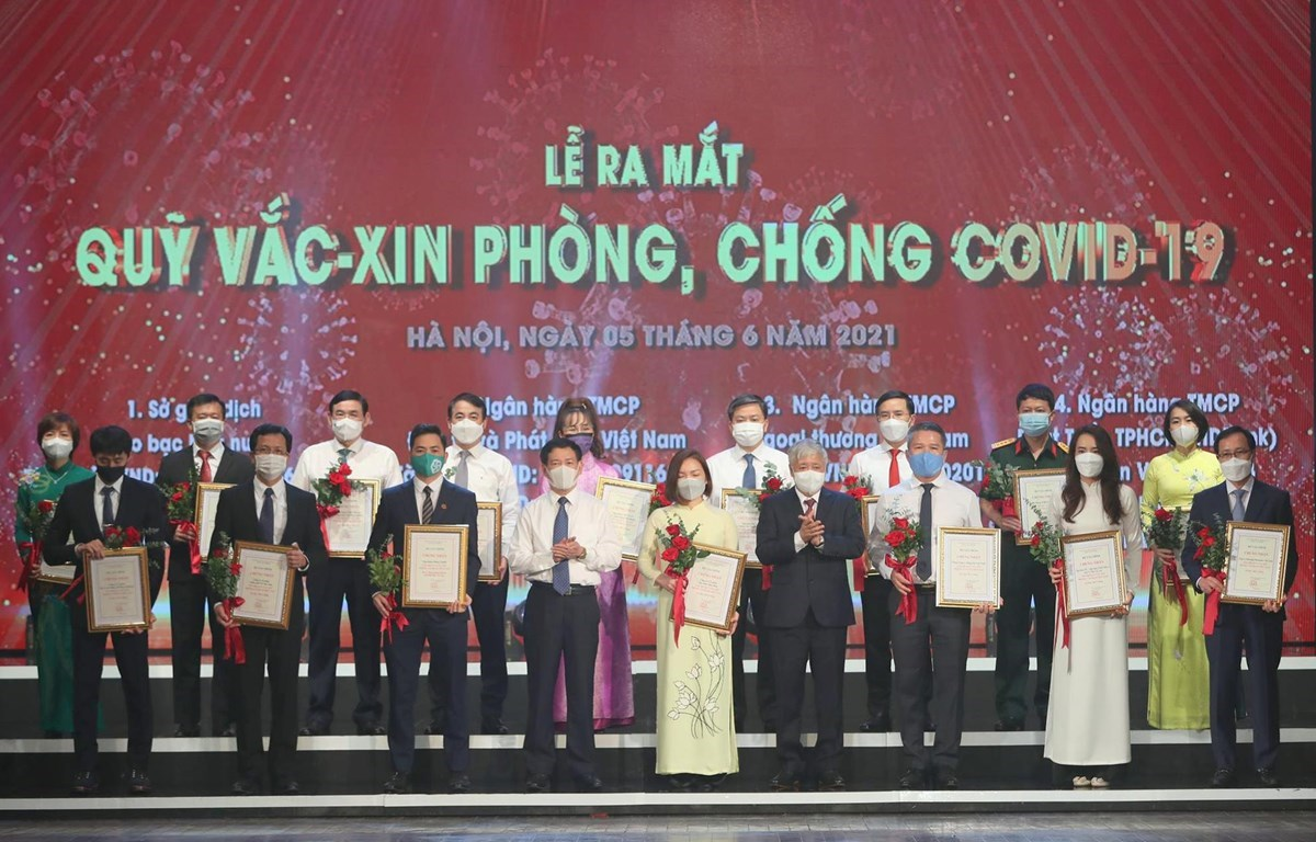 Representatives of businesses donating to the COVID-19 vaccine fund at the launch of the fund (Photo: VietnamPlus)