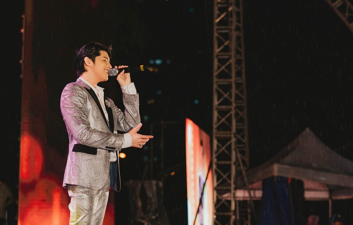 Vietnamese pop star Noo Phuoc Thinh will perform at an art show at the Opera House on November 6. (Photo: VietnamPlus)