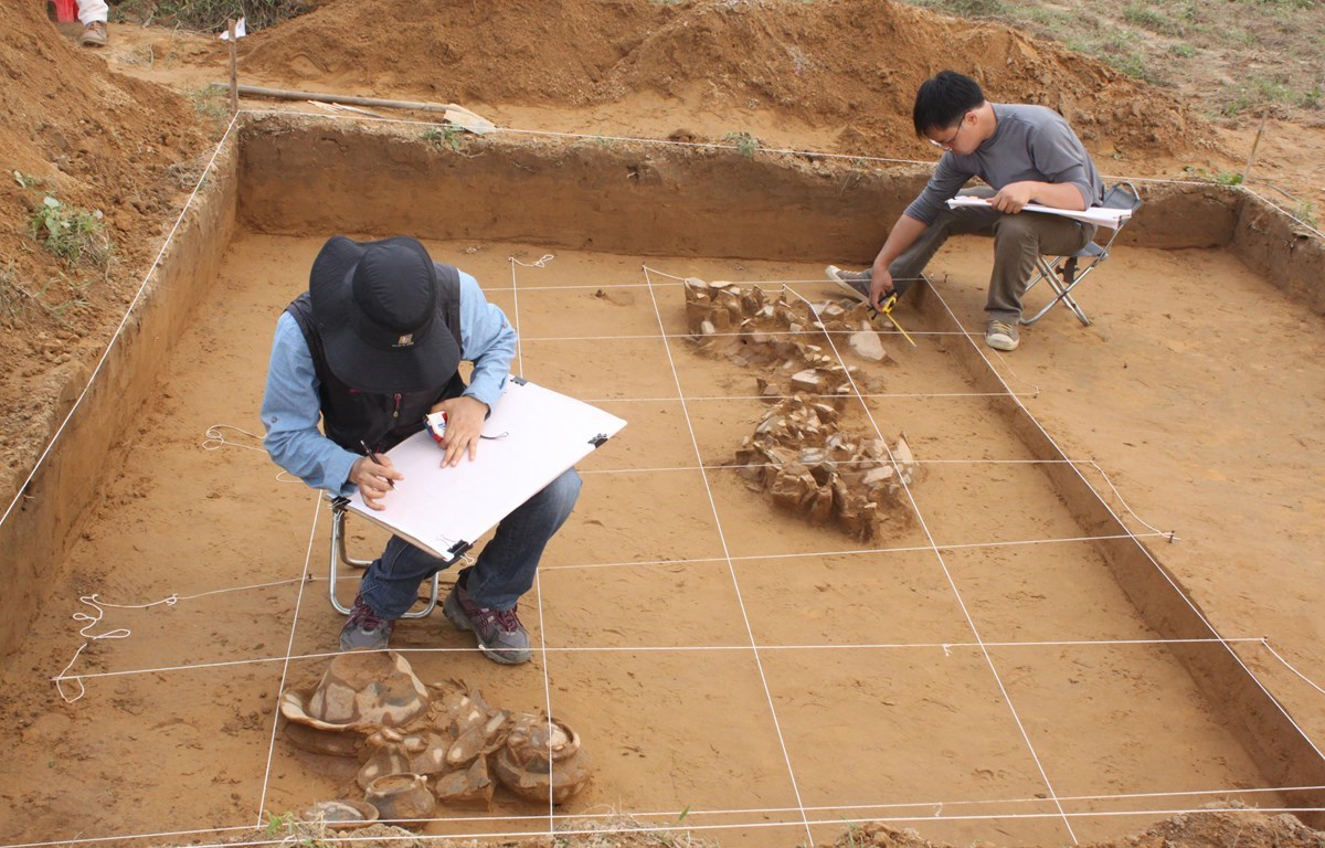Archaeologists from Vietnam National Museum of History and National Museum of Korea work at the site in 2012. (Photo: Vietnam National Museum of History)