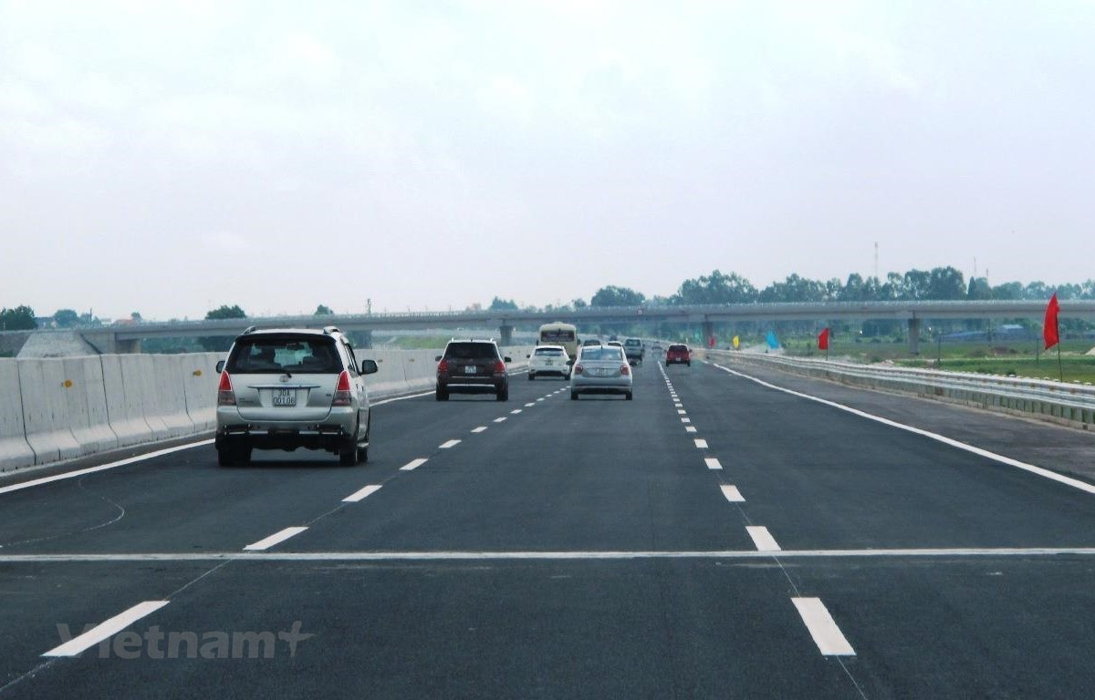 Vehicles operating in a section of the North-South Expressway (Photo: VietnamPlus)
