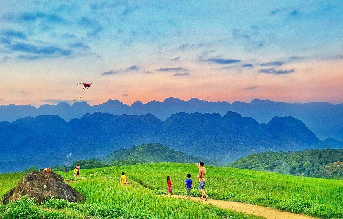 Travellers fly kites in picturesque Pu Luong (Photo: VietnamPlus).