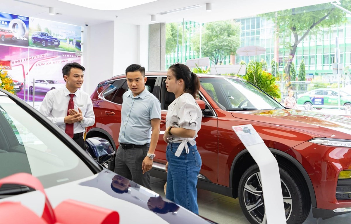 Many customers take advantage of the registration fee cut programme (Photo: VietnamPlus).