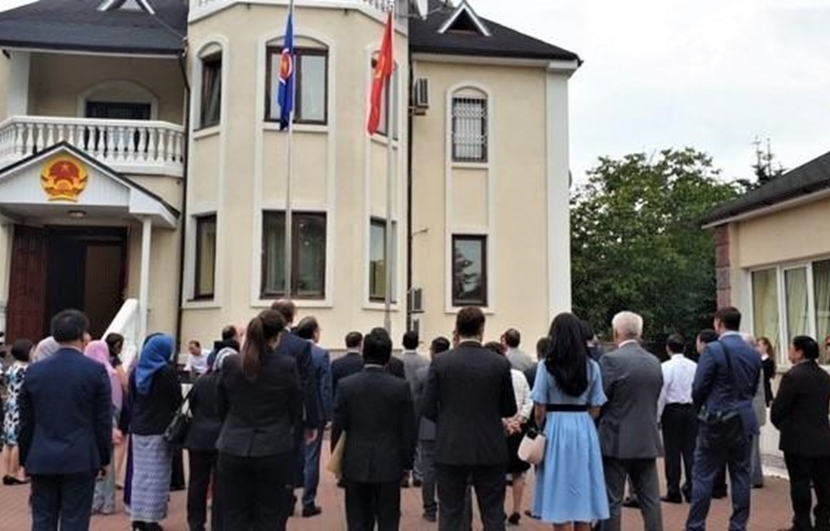 Vietnam embassy in Ukraine holds ASEAN flag hoisting ceremony