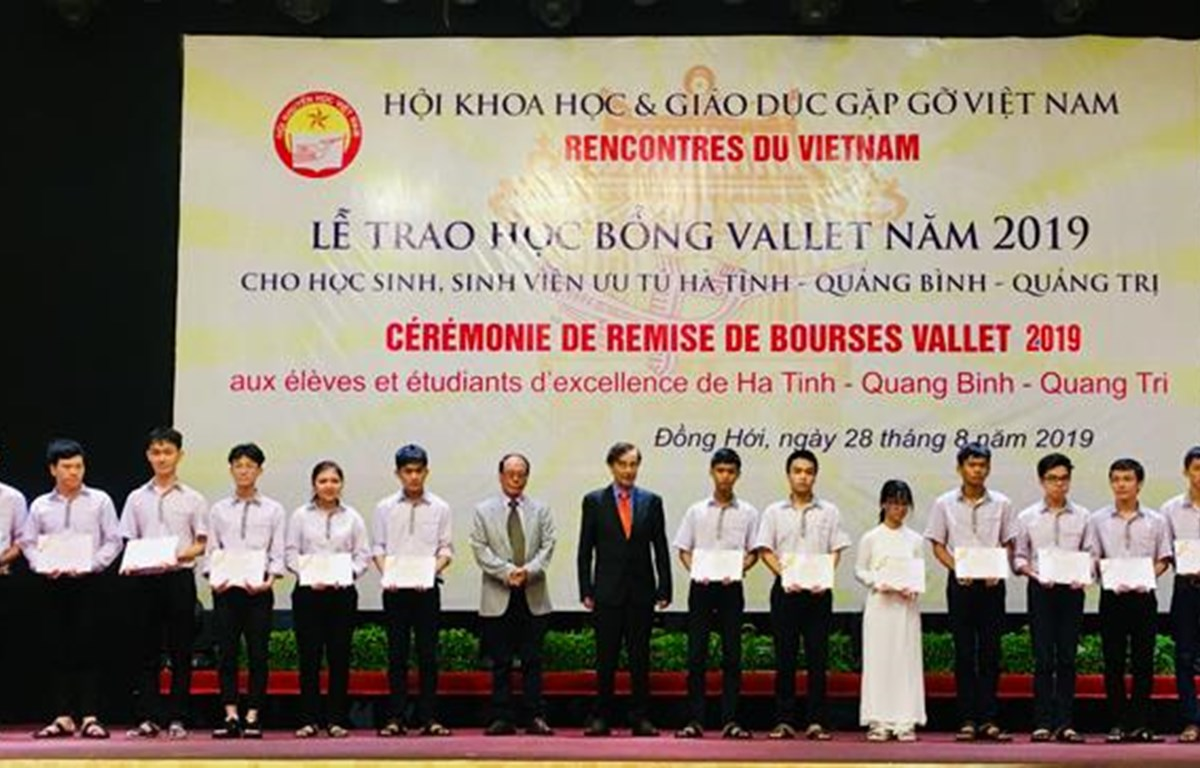 Vallet scholarships presented to excellent students in central provinces