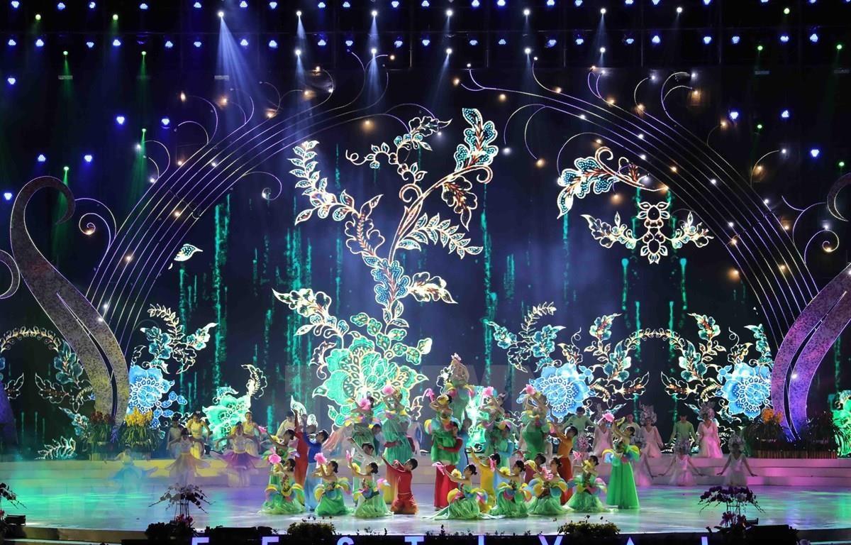 """Colourful art show """"Vu hoi hoa mua Dong"""" (Winter Flower Ball) wraps up the 8th Da Lat Flower Festival in Da Lat city on December 24. (Photo: VNA)"""