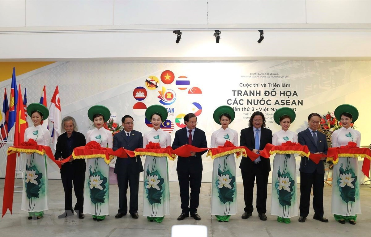 At the opening of the exhibition (Photo: VNA)