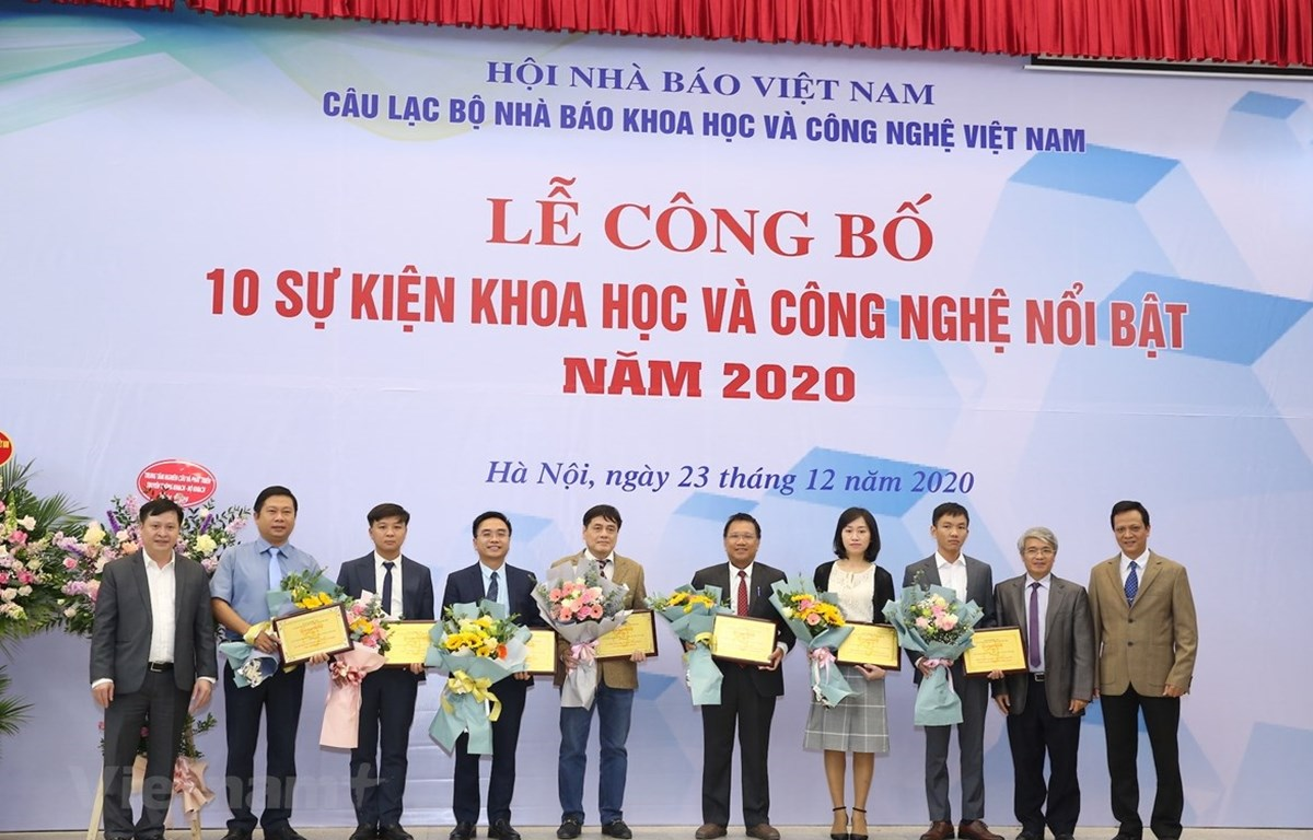 Representatives of the top 10 outstanding science-technology events for 2020 at the ceremony (Photo: VNA)