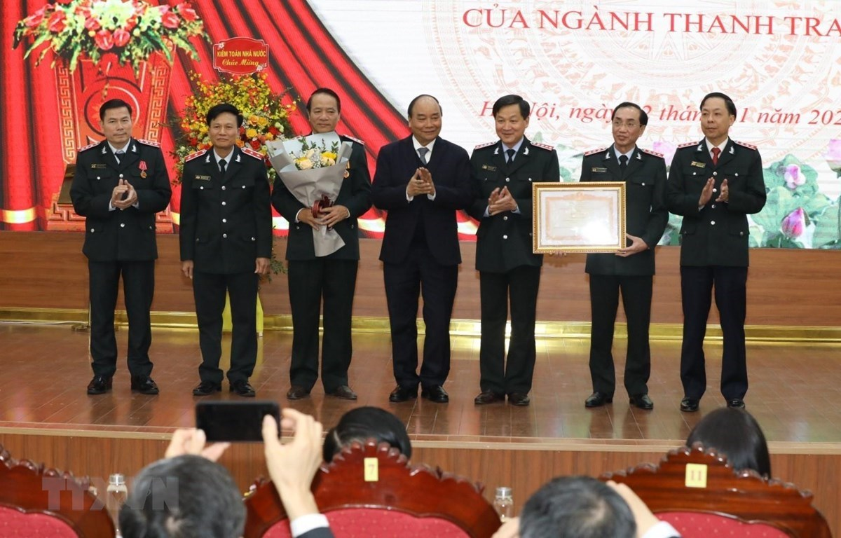 Prime Minister Nguyen Xuan Phuc presents the PM's certificate of merit to the Government Inspectorate. (Photo: VNA)