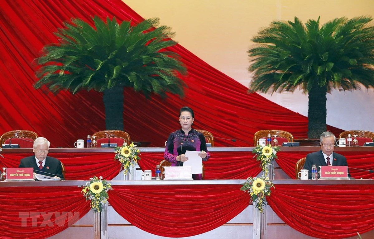 Nguyen Thi Kim Ngan (standing), Politburo member and Chairwoman of the National Assembly, introduces the lists of members of the Presidium, the Secretary Group and the board for delegate status verification for approval (Photo: VNA)