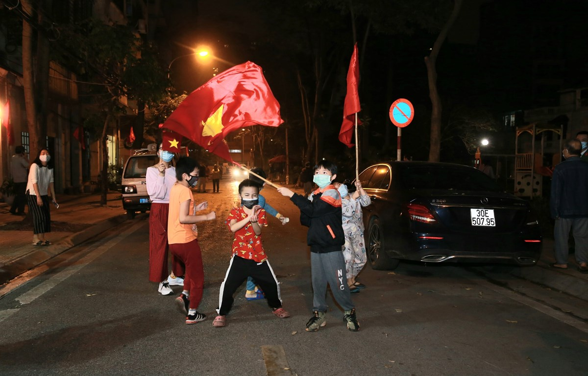 Local residents on Truc Bach street in Hanoi are cheerful as quarantine order here is lifted. (Photo: VNA)