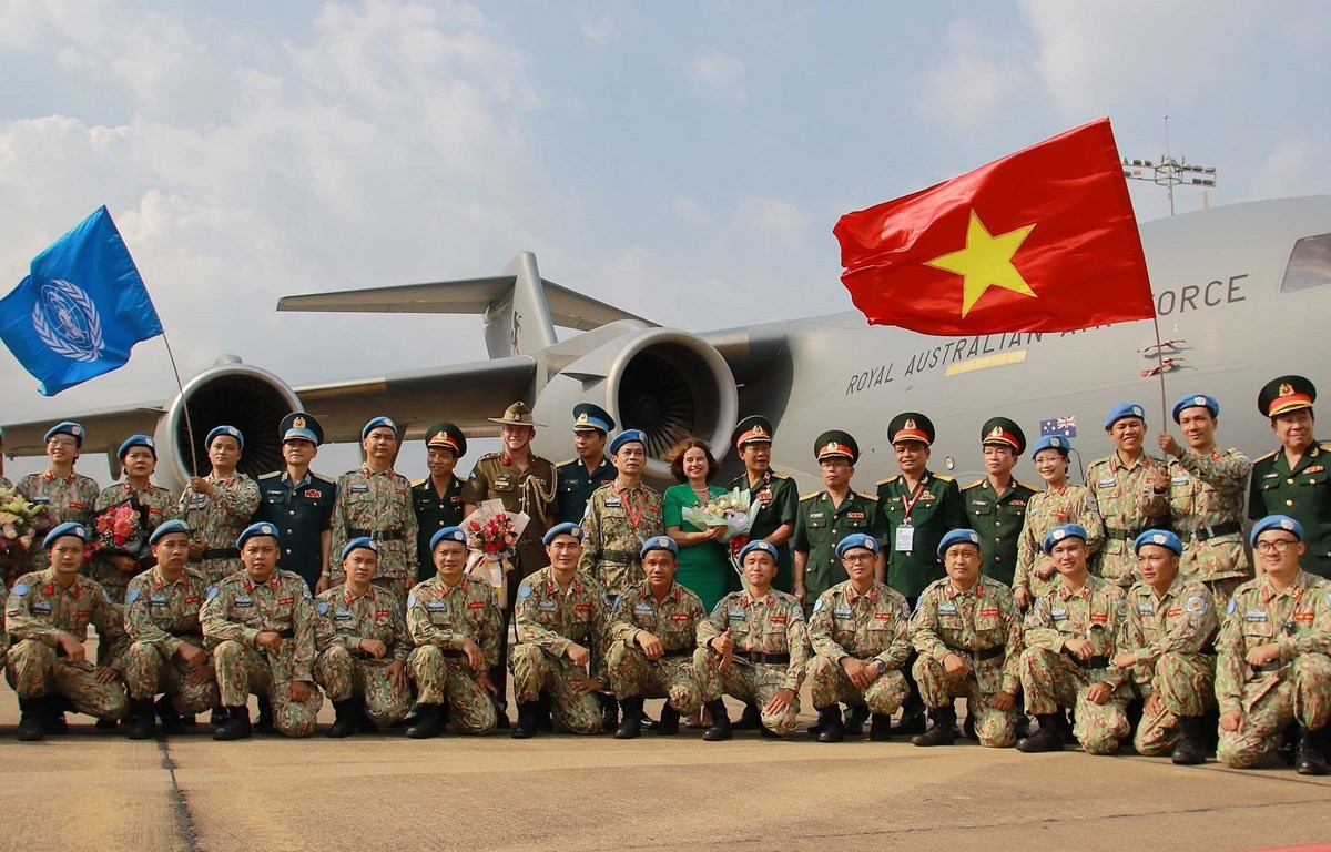 Officials of the Defence Ministry, representatives of the Australian Embassy in Vietnam, and staff members of the Level-2 field hospital No 3 pose for a group photo before the field hospital staff leave for a peacekeeping mission in South Sudan. (Photo: V