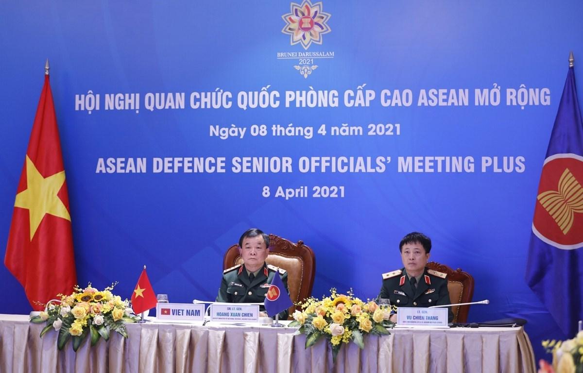 Deputy Defence Minister Sen. Lieut. Gen Hoang Xuan Chien (L) at the meeting (Photo: VNA)