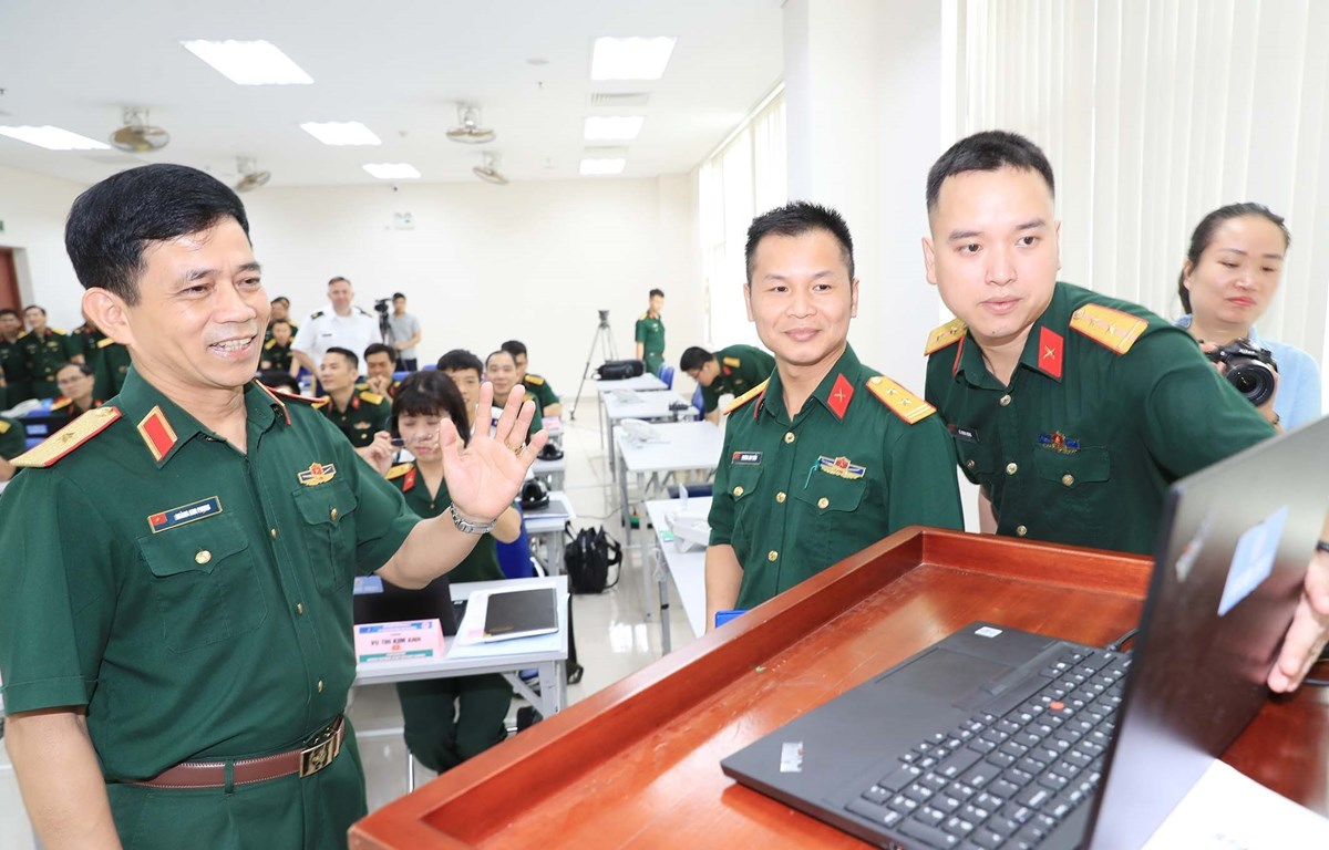 Major General Hoang Kim Phung, Director of the Vietnam Department of Peacekeeping Operations, talks to the trainees during the course. (Photo: VNA)