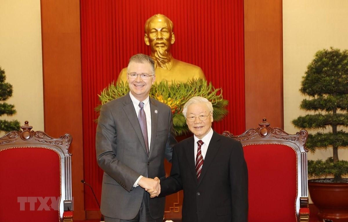 Party General Secretary Nguyen Phu Trong (R) receives outgoing US Ambassador to Vietnam Daniel Kritenbrink (Photo: VNA)