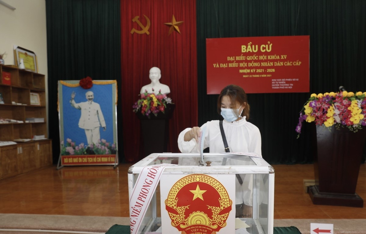 A voter casts her vote at Electoral Unit No.2 in Tu Nhien commune, Hanoi's Thuong Tin district on May 23. (Photo: VNA)