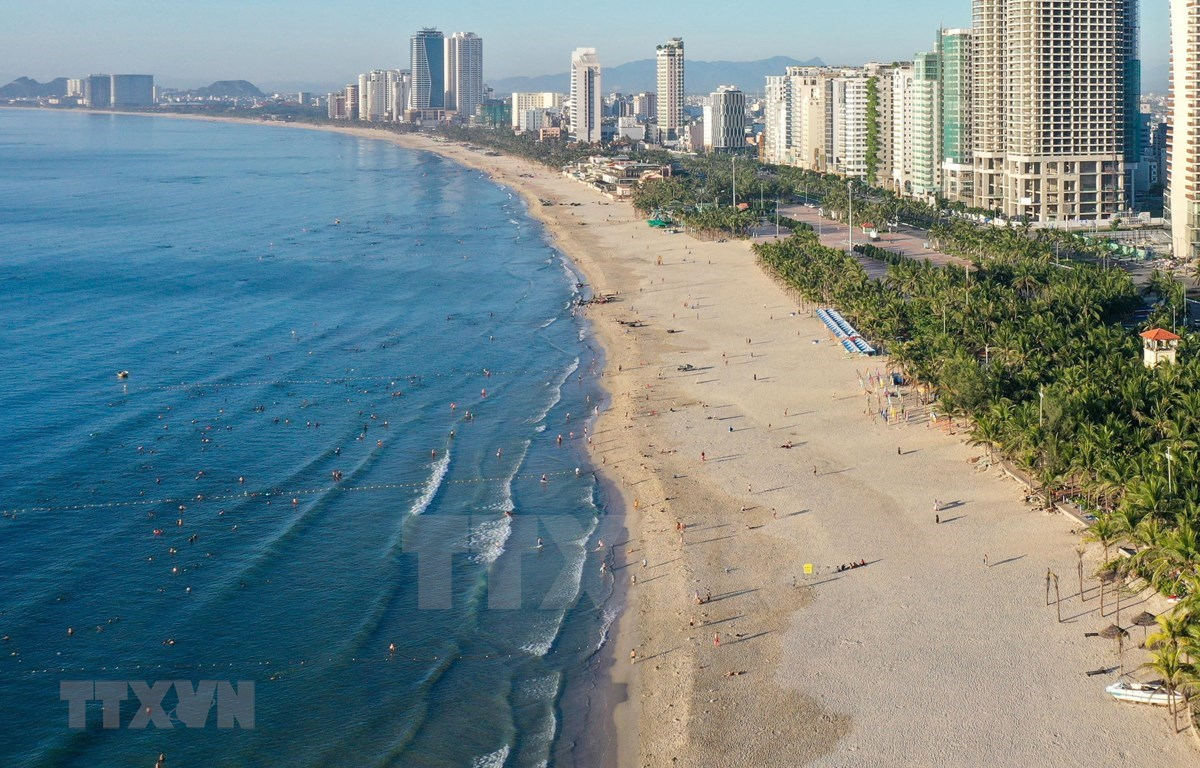 The central coastal city of Da Nang again closes public beaches starting 12:00pm on June 20 until further notice. (Photo: VNA)