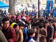 People line up to get wealth SIM cards of cellphones