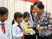 Vice State President presents scholarships to underprivileged children