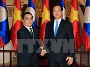 Vietnamese, Lao PMs hold talks to boost cooperation