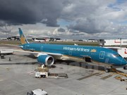 Vietnam Airlines Dreamliner flies to London