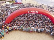 Barefoot runners race in Da Nang beach