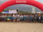 Da Nang: Barefoot runners enjoy day out