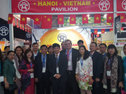 Visitors interested in Vietnamese goods at SA trade exhibition