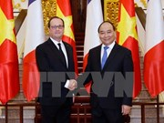 PM Phuc meets French President in Hanoi