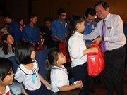 Scholarships given to disadvantage children in Binh Duong