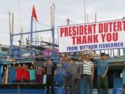 Philippine leader sets Vietnamese fishermen free
