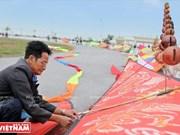 Hanoians enjoy flying kites in Hanoi