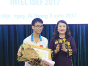 Quang Tri honours US invention prize winner