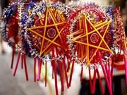 Glass paper lanterns light up full moon festival