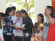 Vice President presents gifts to policy beneficiaries in Dak Nong