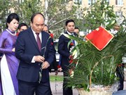 PM lays flowers at President Ho Chi Minh Monument in Moscow