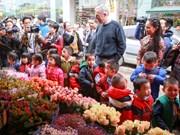 US Ambassador tours Quang An flower market