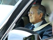Malaysian PM test drives Vietnamese SUV
