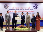 Hanoi presents medical supplies to New York
